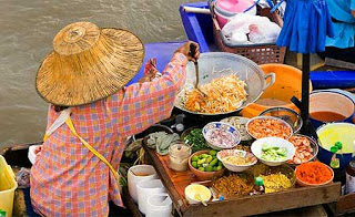 woman-preparing-thai-food-at-floating-market